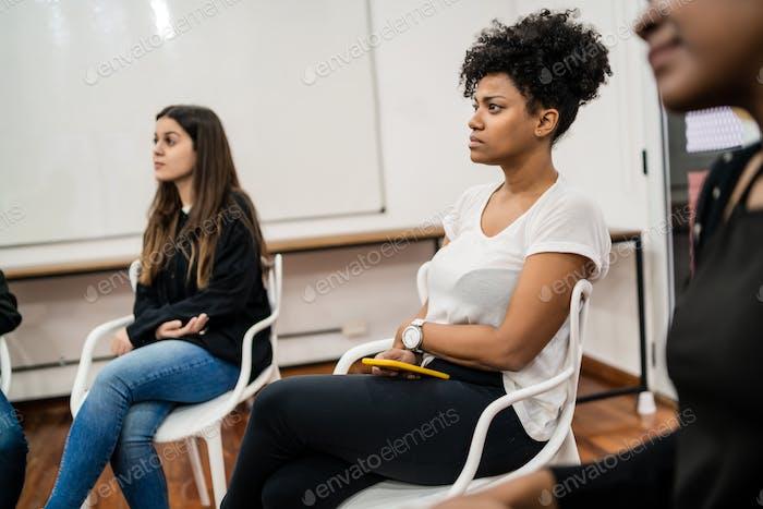 Творческие деловые люди слушают коллегу.