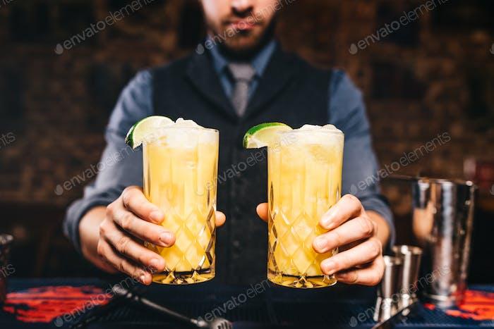 Nahaufnahme Porträt von Barkeeper oder Barmann serviert frische Getränke