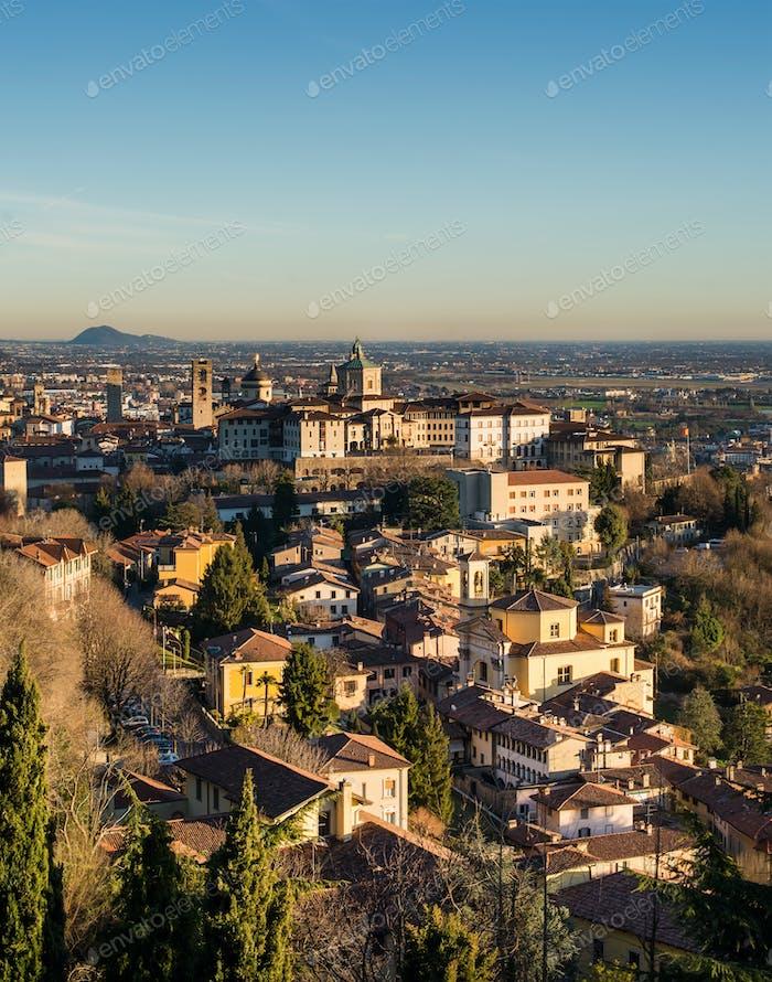 Blick über Citta Alta oder Altstadt Gebäude in der antiken Stadt Bergamo, Lombardia, Italien