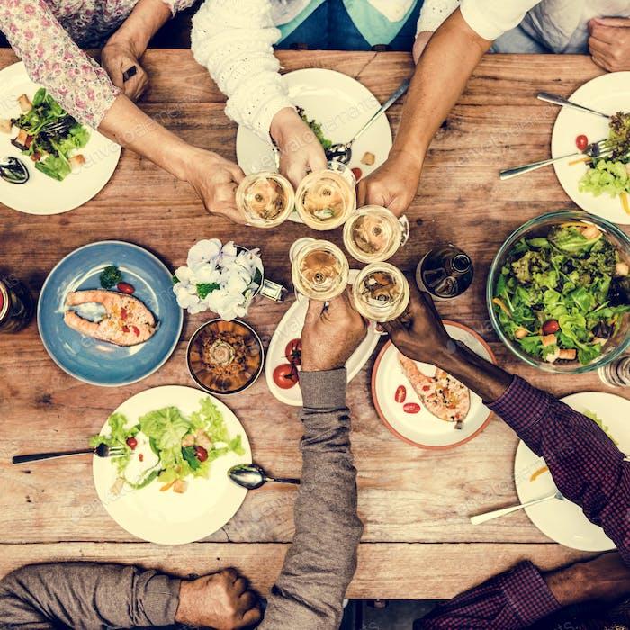 Gruppe der Freunde Feier Happy Meal Konzept