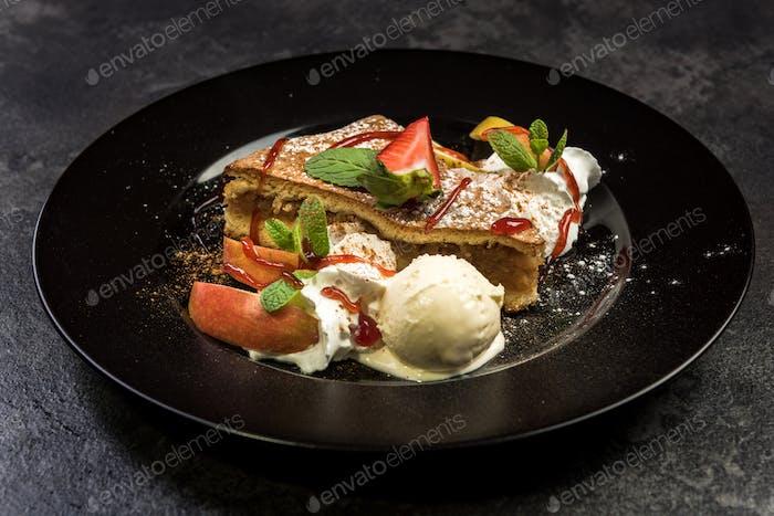 Portion Apfelkuchen