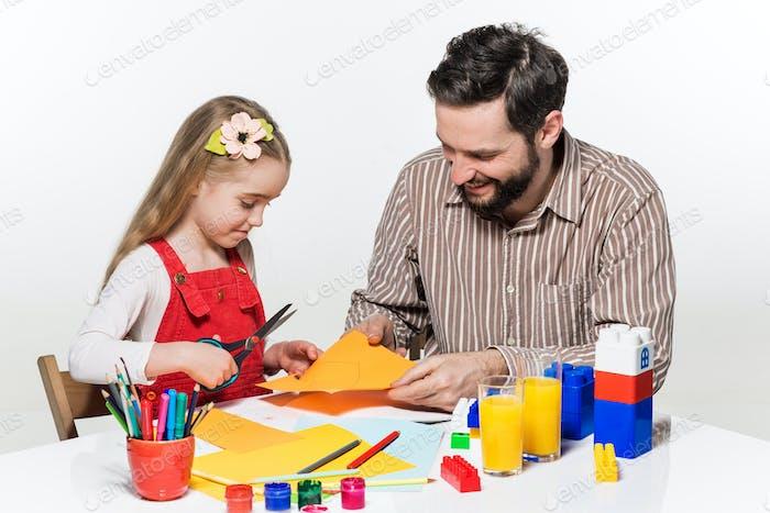 Die Tochter und Vater schnitzen Papier Anwendungen