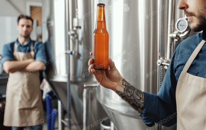 Cerveza artesanal fresca, control de calidad de bebidas alcohólicas listas para vender