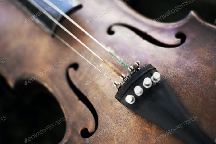 Nahaufnahme einer Geige mit einer gebrochenen Saite