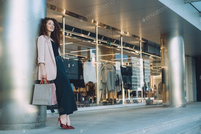 glücklich schön junge rothaarige Frau tun Einkaufen