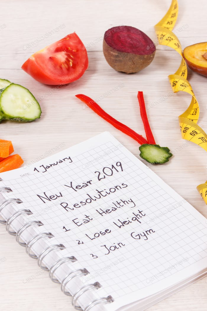 Neujahrsvorsätze für 2019 und Uhr aus frischem Obst mit Gemüse und Zentimeter