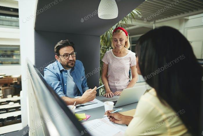 Различные бизнесмены разговаривают вместе в офисе встречи
