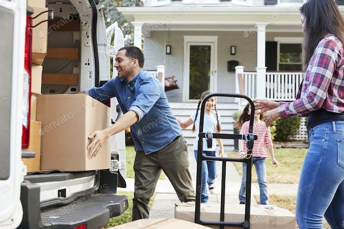 Kinder helfen Entladen Boxen von Van auf Familie Umzug in Tag