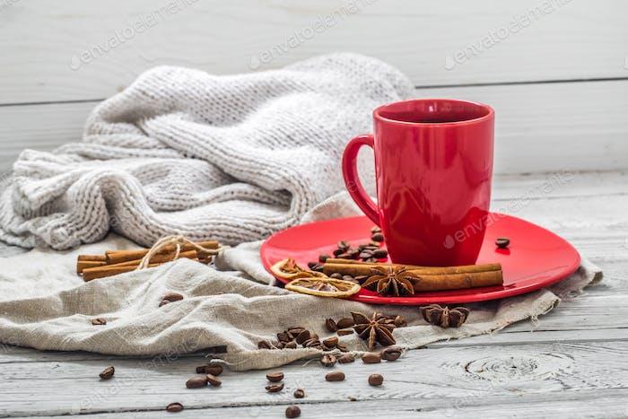 taza de café rojo en un plato, fondo de madera, bebida, Mañana de Navidad