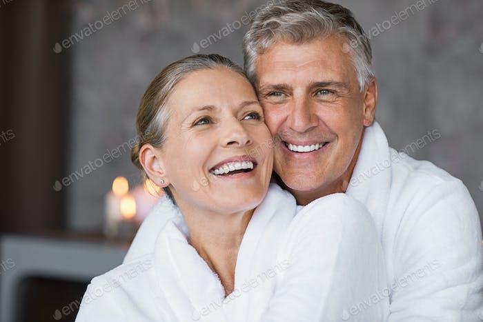 Lachende ältere Paar umarmen im spa