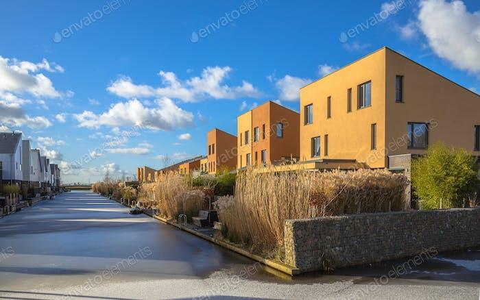 Geometrische Einfamilienhäuser am Wasser