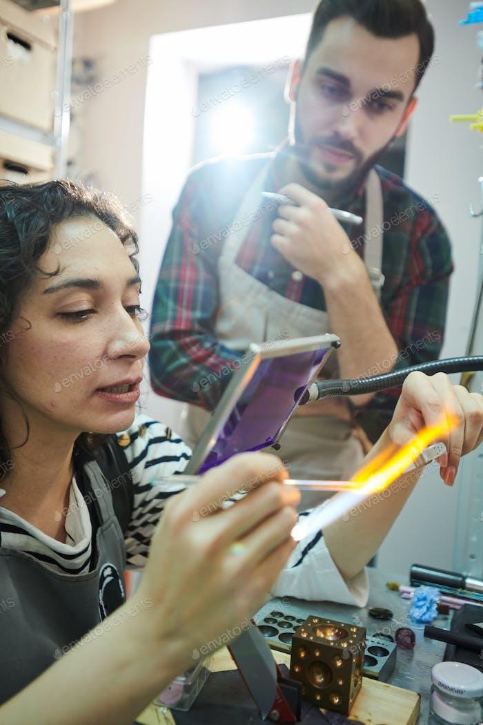 Zwei Handwerker im Glasbearbeitungsstudio