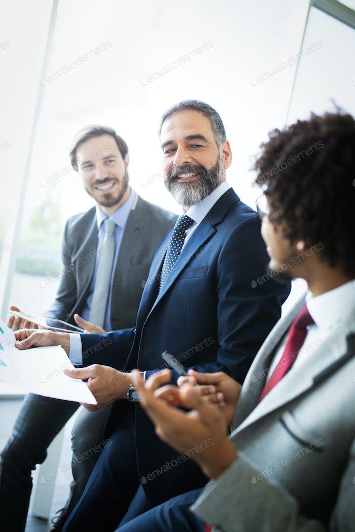 Líder de Equipo exitoso y propietario Negocios líder en la reunión Negocios informal interna
