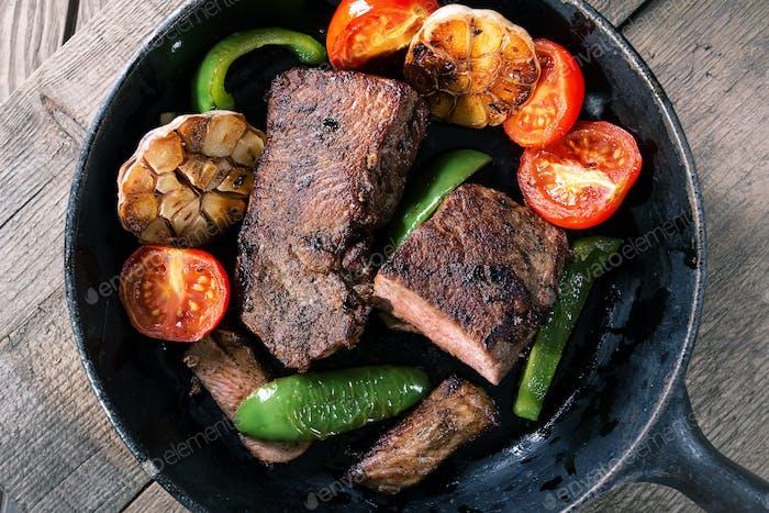 Appetitliches Rindfleischsteak mit Gemüse