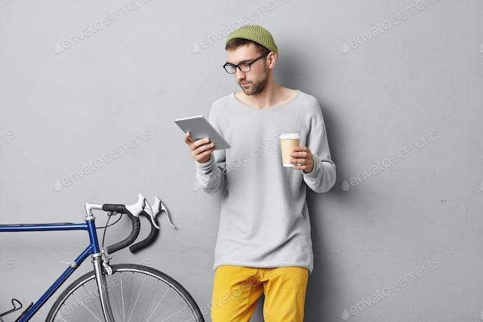 Stidoo retrato de atractiva joven especialista en TI del Cáucaso con rastrojo obstinado beber café y