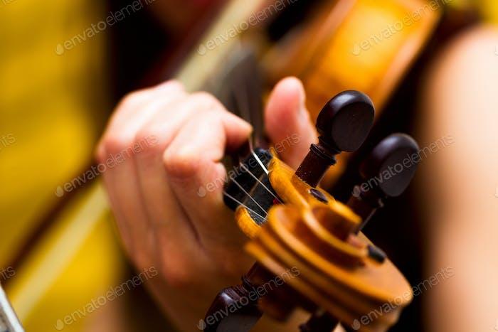 Mädchen spielt die Geige klassisch Musik Konzert