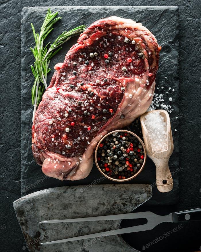 Marbling Ribeye Steak auf schwarzem Teller