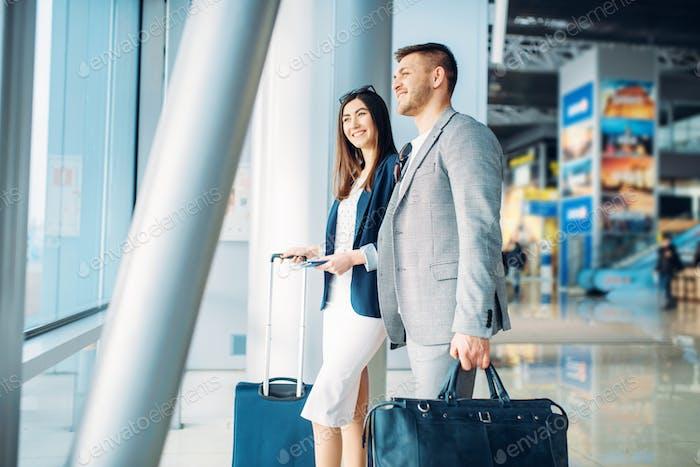 Passagiere der Business Class mit Gepäck im Flughafen