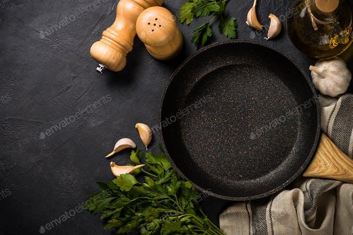 Bratpfanne oder Pfanne auf schwarzem Tisch