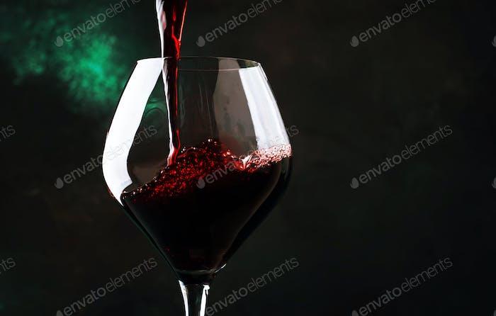 Rotwein in großes Weinglas gegossen