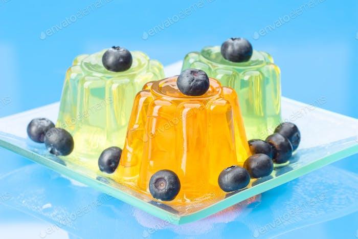 farbige Gelatine auf blauem Hintergrund