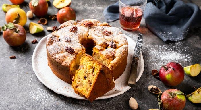 Apfelkuchen. Herbstbacken mit Früchten und Nüssen.