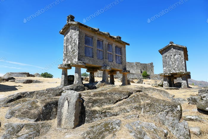 Typischer Steinmaistrockner, Espigueiros genannt in Lindoso, nördlich von Portugal