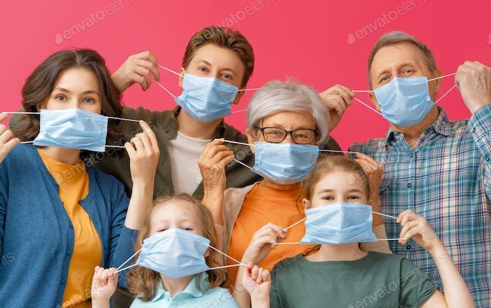 Familie trägt Gesichtsmasken