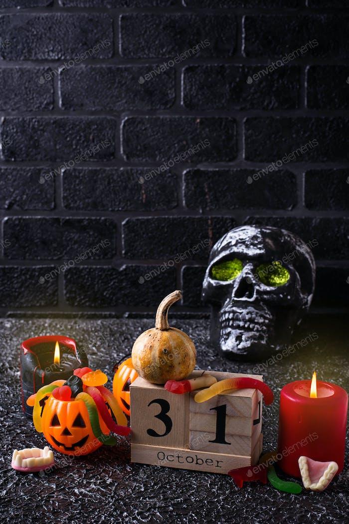 Halloween Hintergrund mit Totenkopf und Kerzen