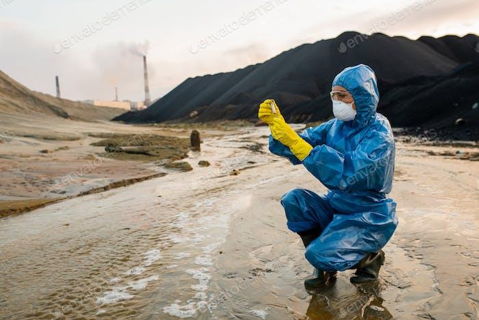 Zeitgenössische Ökologin oder Forscherin, die Experimente in toxischen Bereichen