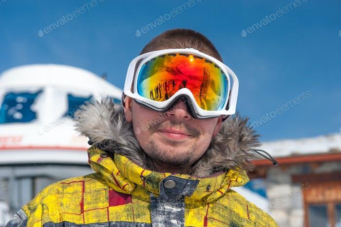 Junger Mann in Skibrille im freien