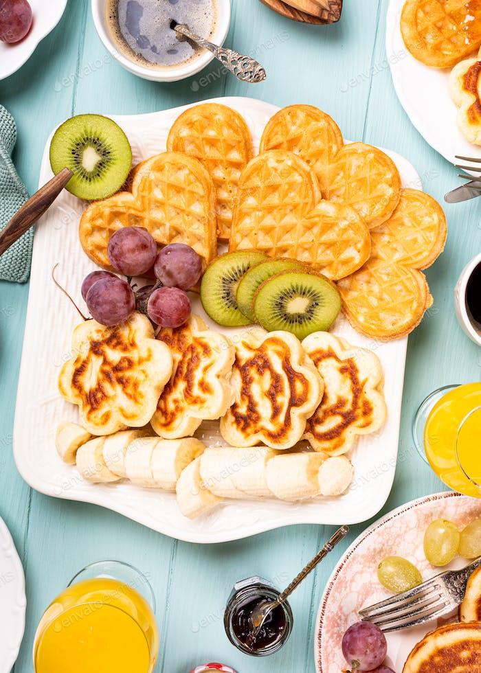 Gesundes Frühstück mit frischen warmen Waffeln Herzen, Pfannkuchen Blumen