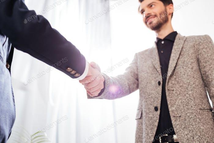 Крупным планом фото мужчин деловое рукопожатие в офисе