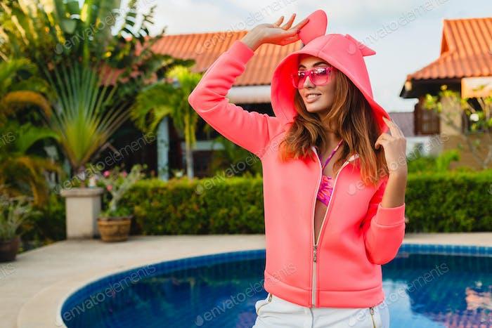 mujer atractiva en colorido rosa sudadera