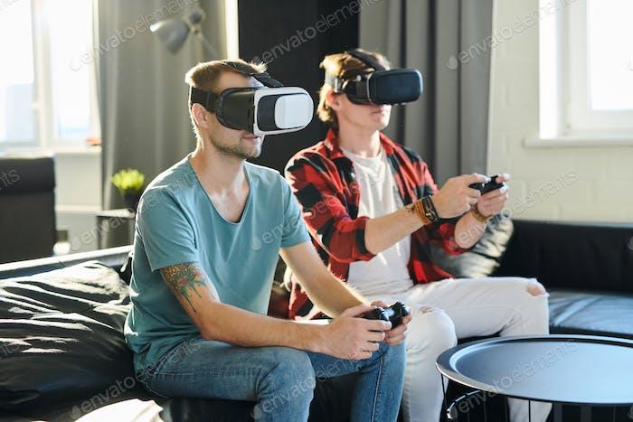 Männer spielen im virtuellen Video spiel