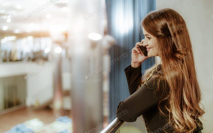Una empresaria caucásica llamando