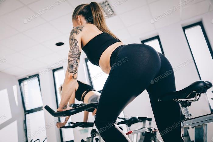 Athletische Frau, die sich in einem Fitnessstudio dreht.