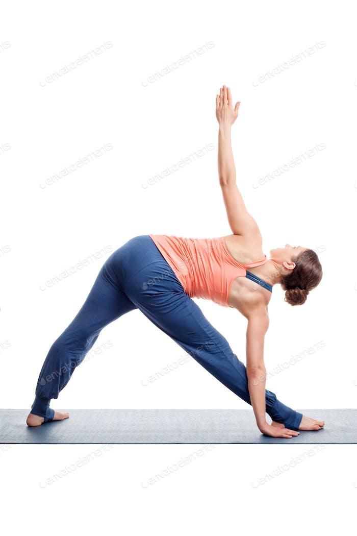 Sportliche Frau praktiziert Ashtanga Vinyasa Yoga Asana