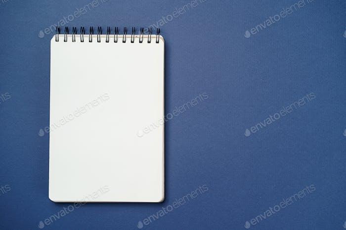 Cuaderno espiral sobre fondo azul
