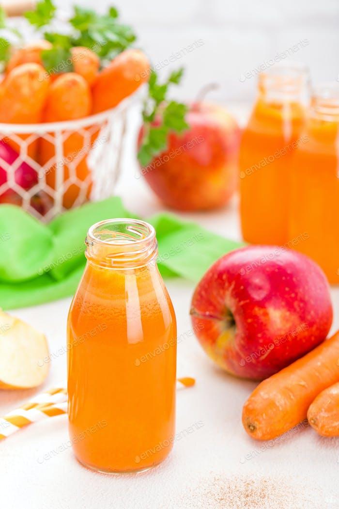 Frische Karotte und Apfelsaft