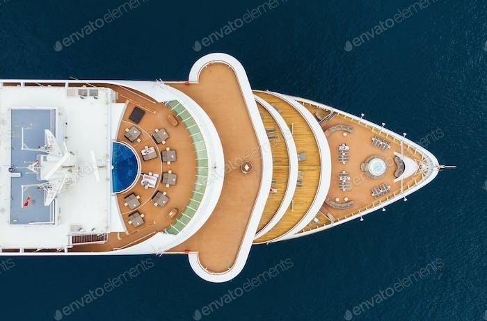 Luftansicht des Kreuzfahrtschiffs aus der Luft