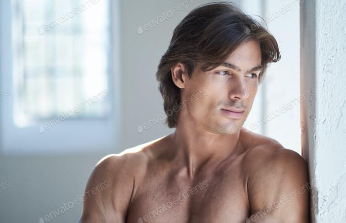 Ein Mann posiert in natürlichem Licht.