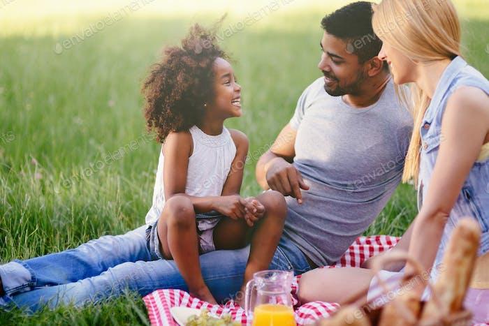 Glückliche Familie Picknick genießen