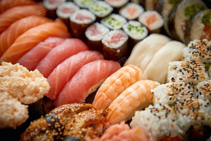 Nahaufnahme von verschiedenen Arten von japanischen frisch zubereiteten Sushi