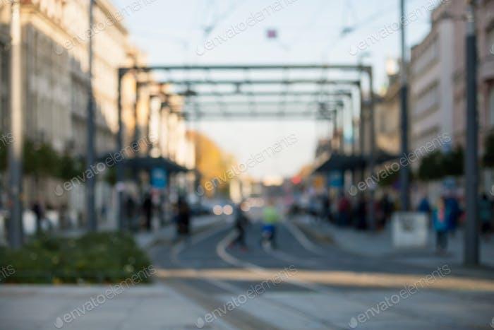Verschwommene Menschen gehen durch die Stadtstraße, Bokeh-Hintergrund