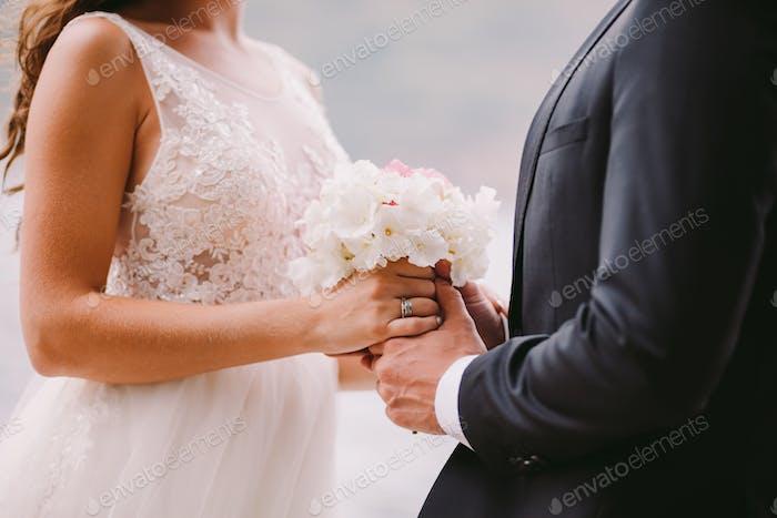 Brautpaar halten Hochzeit Blumenstrauß