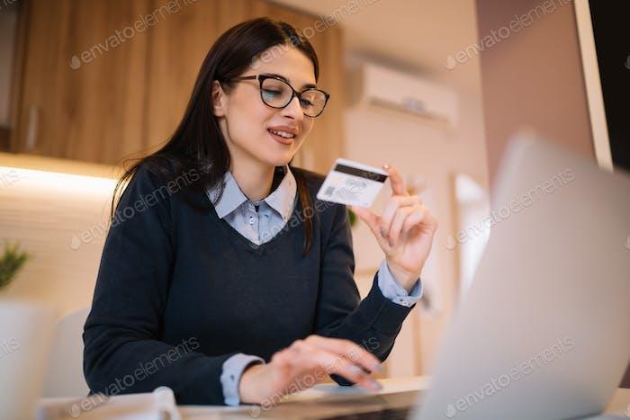 Chica feliz de compras en línea.