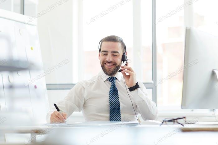 Callcenter-Agent bei der Arbeit