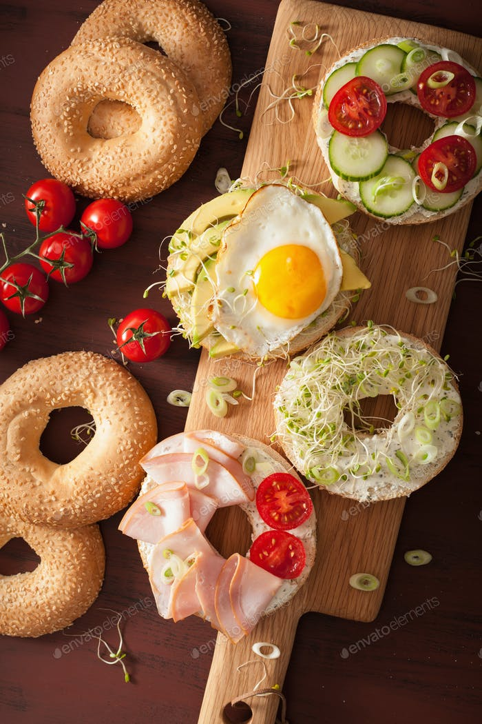 Vielzahl von Sandwiches auf Bagels: Ei, Avocado, Schinken, Tomaten, weich