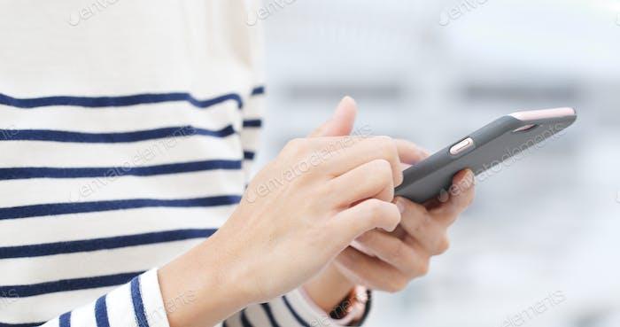 Frau Verwendung von Smartphone